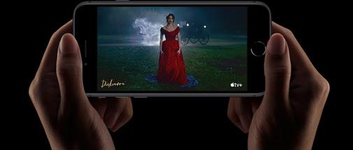 Visionage d'une série sur iPhone SE.